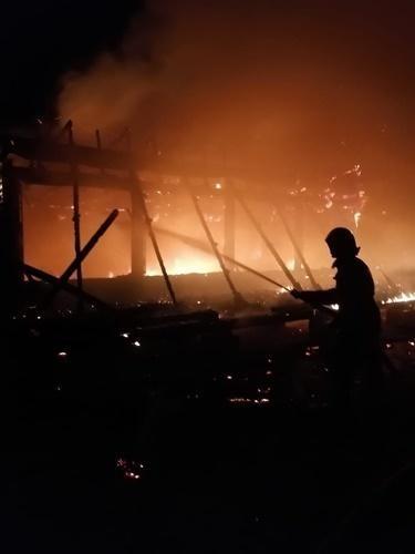 """Возле арки """"Страна Коктебель"""" сгорело деревянное строение (фото) - «Феодосия»"""
